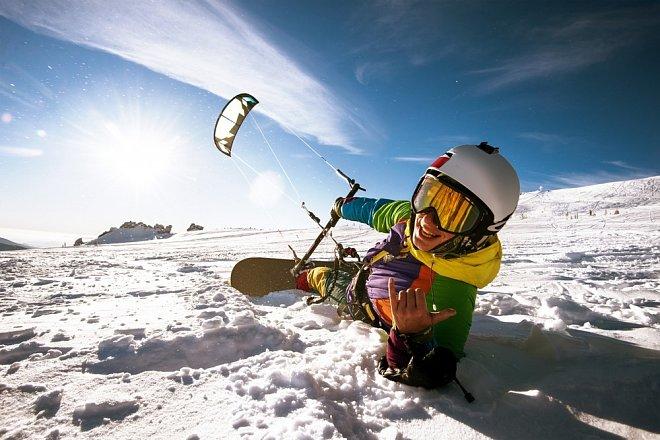 Oblíbeným zimním sportem je snowkiting.