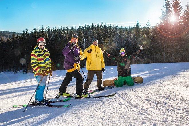 Den ve ski areálu si užijí začátečníky i pokročilý lyžaři