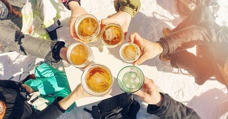 Alkohol na lyžích snižuje výkonnost i zábrany.