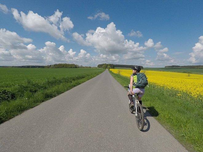 cyklistka u pole