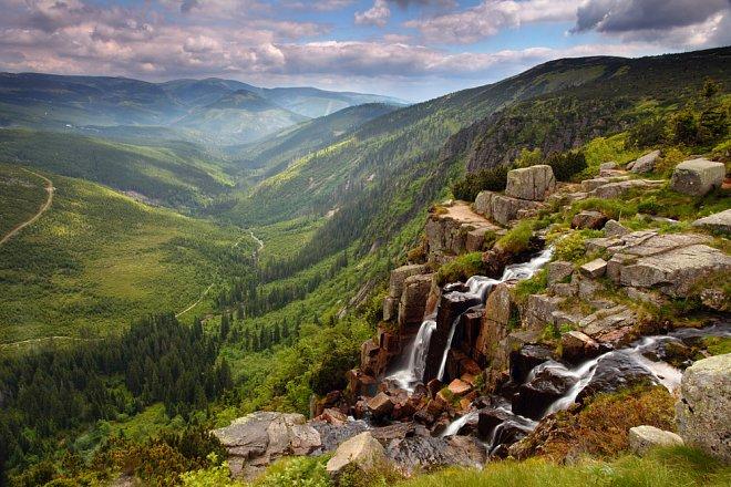Pančavský vodopád je nejen největším vodopádem ČR, ale nabízí i úchvatný výhled do údolí (Nahráno: Veronika Schleiderová)