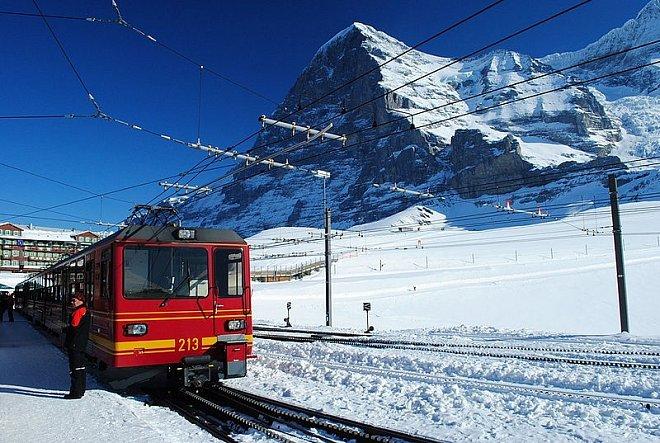 Železniční trať, která vede do výšky 3454 metrů nad mořem.