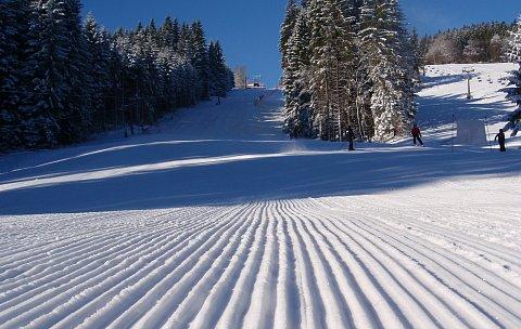 Upravená sjezdovka ve ski parku Gruň