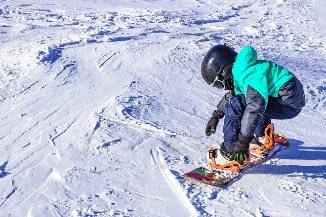 Při výuce snowboardingu se nesmějí podceňovat začátky.