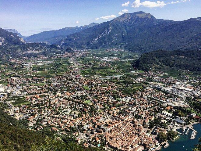 Výhled na městečko Riva del Garda, které se rozléhá na břehu jezera