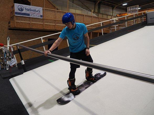 Při výuce lyžování je velmi nápomocná i tyč, které se můžete přidržovat