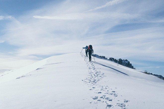 Trekingové hůlky a kvalitní vysoká obuv jsou základem výbavy na zimní turistiku.