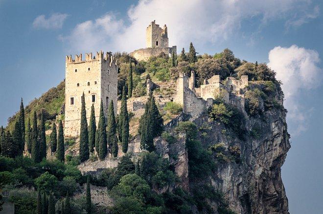 Zřícenina hradu Castello di Arco nad městem Arco u Lago di Garda