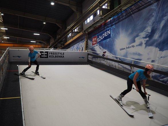 Vyrazit můžete i s kamarádem či partnerem a lyžovat ve dvou