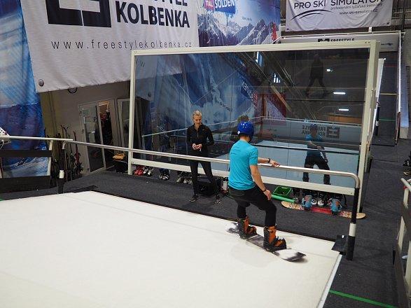 Po celou dobu můžete sledovat své lyžařské dovednosti v polopropustném zrcadle